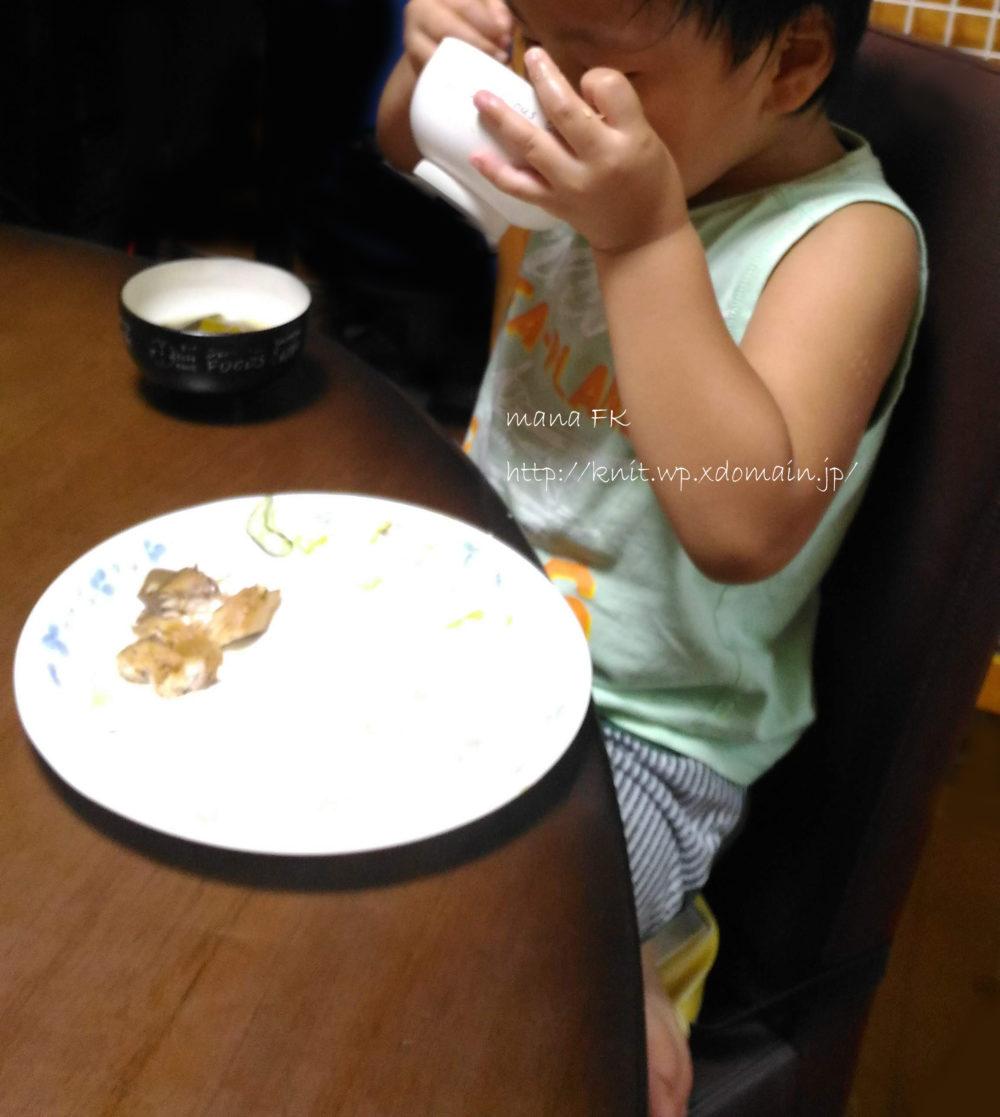チェアクッションでご飯を食べる子ども