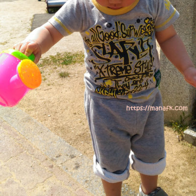 ジョウロで水遊びする子ども